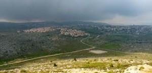 L'avamposto illegale di Amona e, sullo sfondo, l'insediamento di Ofer (Foto: Matthew Bell)
