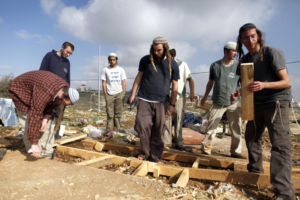 Coloni israeliani al lavoro per smantellare un avamposto illegale in Cisgiordania (Fonte: Times of Israel)