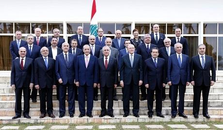 Il nuovo governo libanese.  In basso, al centro, il presidente Michel Suleiman, a destra il primo ministro Tamam Salam e a sinistra il portavoce del parlamento Nabih Berri. La foto, dell'Associated Press, ha scatenato molte polemiche da parte dell'agenzia stampa: Berri, infatti, assente al momento dello scatto, sarebbe stato aggiunto grazie a Photoshop