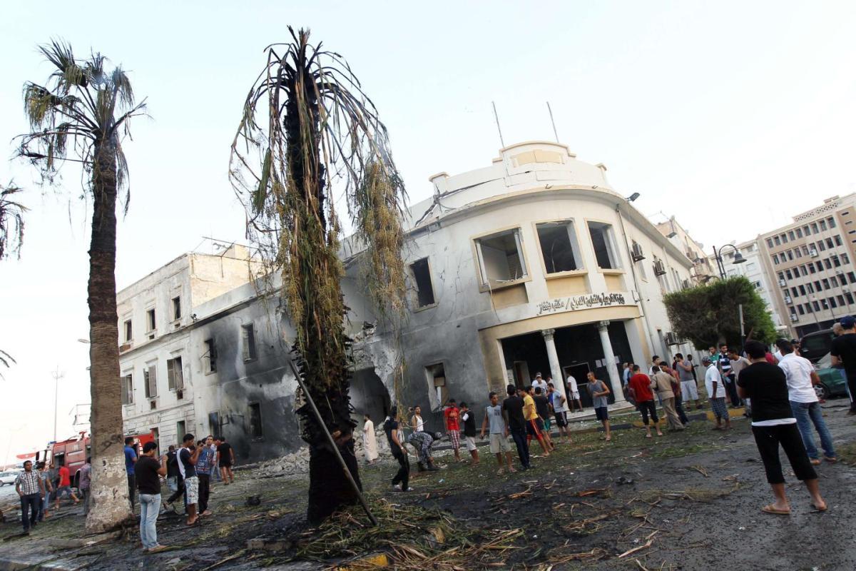 La sede del Ministero degli Esteri a Bengasi colpita da un'esplosione (Foto: Abdullah Doma/AFP/GETTY IMAGES)