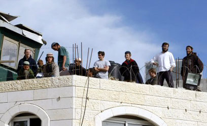 Coloni sul tetto del palazzo Al Rajabi a Hebron