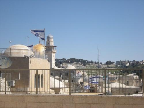 La Cupola della Roccia chiusa da bandiere israeliane nella Città Vecchia (Foto: Emma Mancini/Nena News)