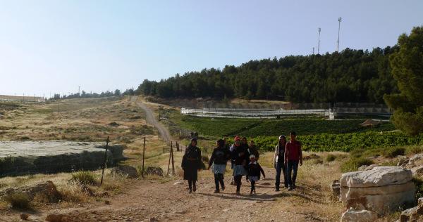 I bambini di At-Tuwani nella via da casa a scuola