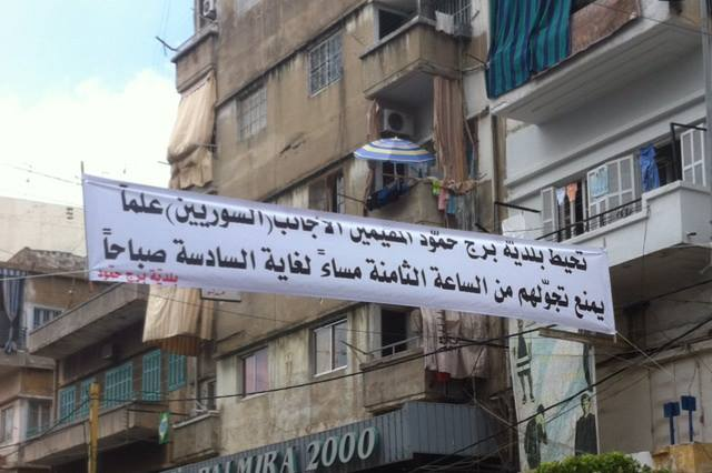 Il cartello che annuncia il coprifuoco imposto ai siriani a Bourj Hammoud (Fonte: LebanonFiles.com)