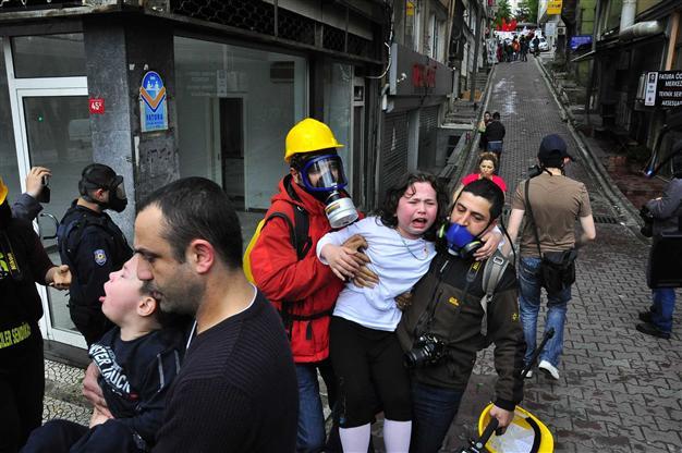 Alcuni residenti nel quartiere di Beşiktaş sono stati evacuati in seguito al massiccio uso di lacrimogeni usati dalla polizia turca (Foto: Doğan News Agency)
