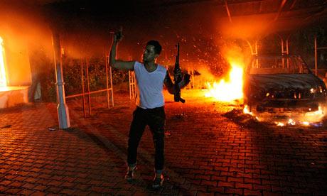 L'incendio che divampò durante l'attacco dell'11 settembre 2012 all'ambasciata Usa di Bengasi (Foto: AFP/Getty Images)