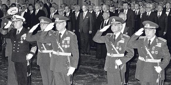 Kenan Evren (al centro) e la giunta golpista durante una cerimonia il 29 ottobre 1980 (Foto: AP)