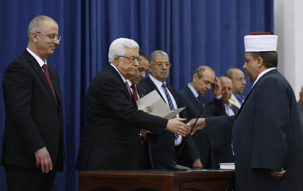 Il giuramento del governo palestinese (foto Reuters)