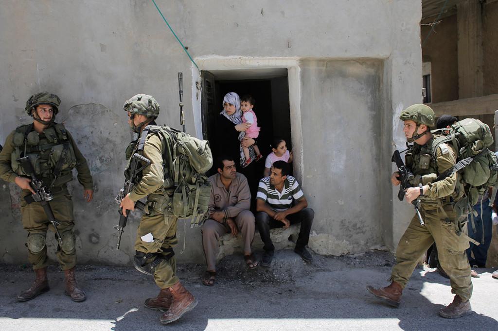 Soldati israeliani perquisiscono le case di Hebron (Foto: Reuters)