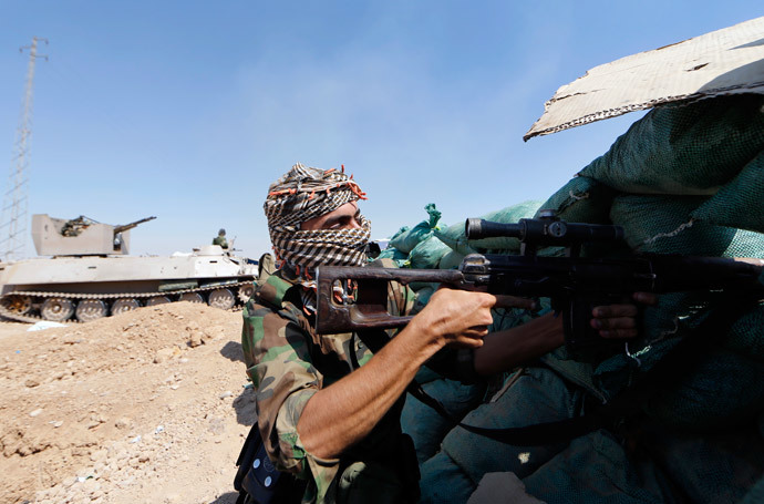 Un miliziano curdo nei pressi di Kirkuk (AFP Photo / Karim Sanib)