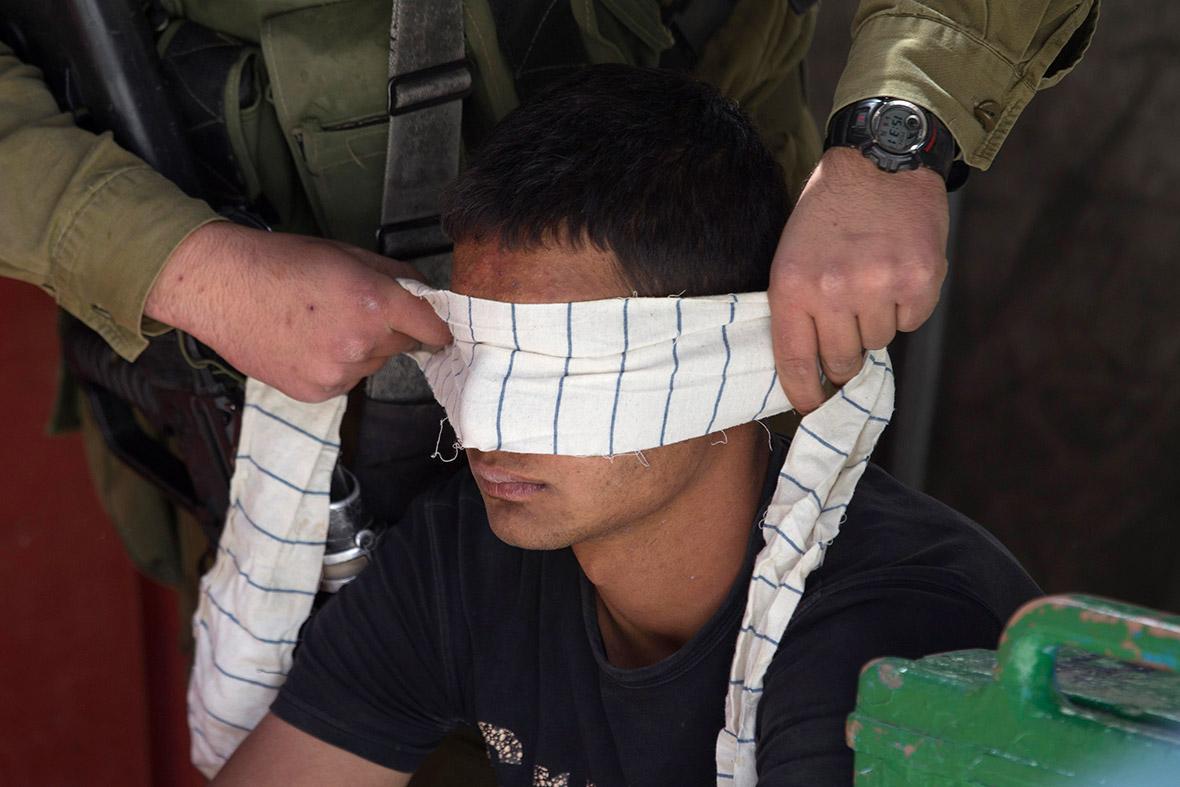 Un giovane palestinese arrestato (Foto: Reuters)