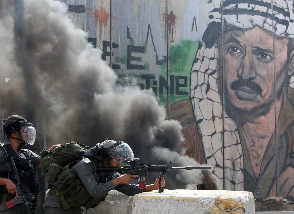 Il posto di blocco di blocco israeliano di Qalandiya durante scontri