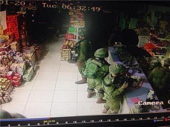 Soldati israeliani in un negozio di Al Khader