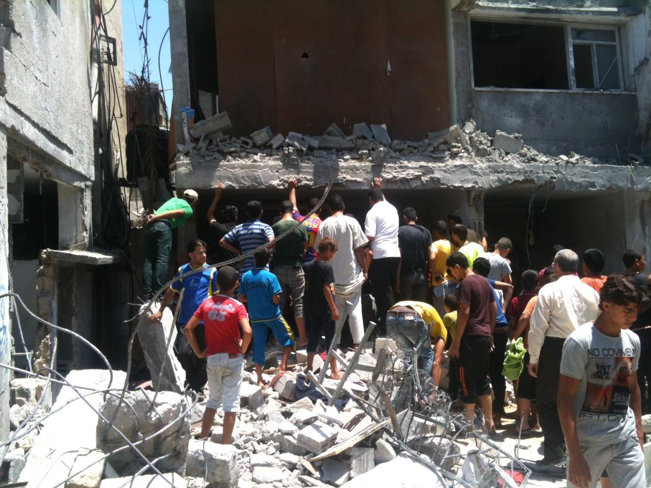 Si cercano i dispersi nella casa della famiglia Al Haj, distrutta da un missile israeliano a Khan Younis (Foto: Michele Giorgio/Nena News)