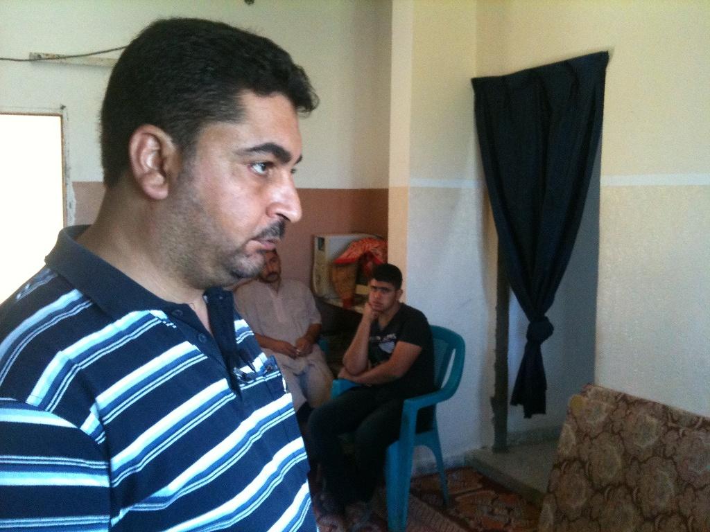 Maher al Atar, rimasto con la famiglia nella sua casa nonostante i bombardamenti (Foto: Michele Giorgio/Nena News)