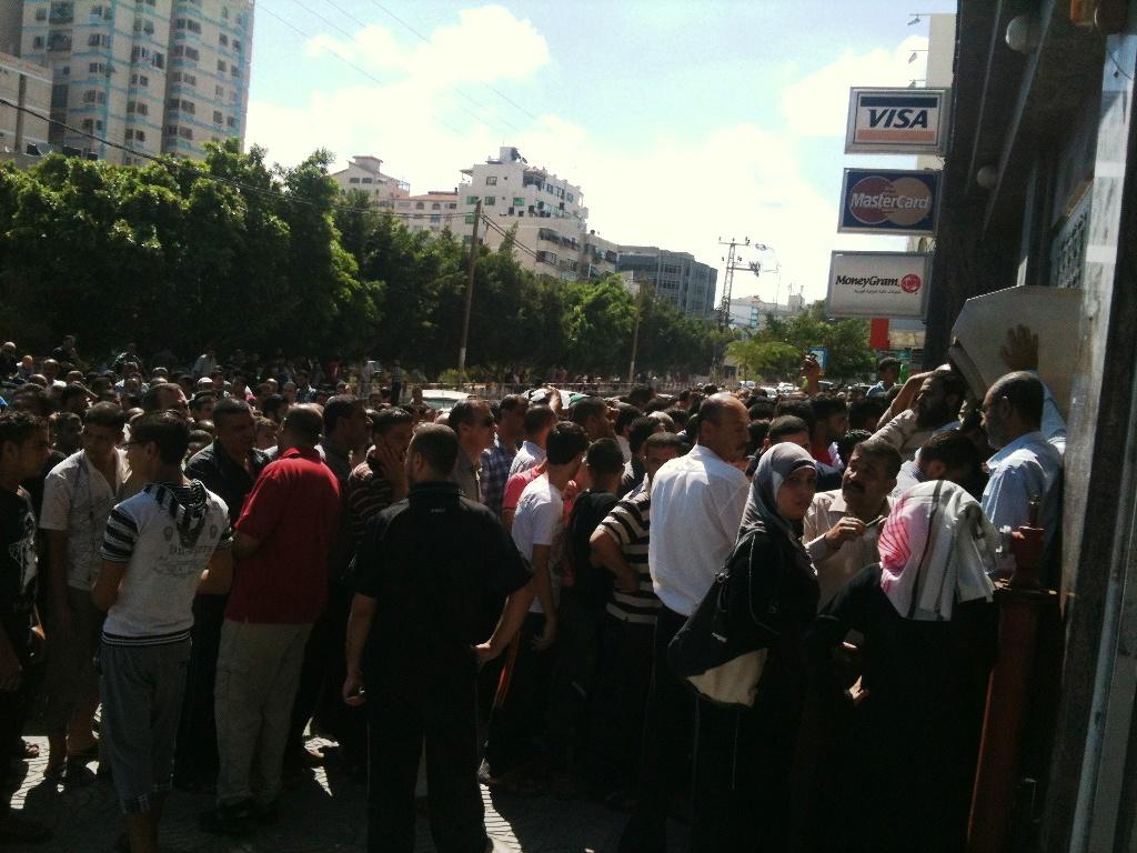 Ressa davanti alla Bank of Palestine (Foto: Michele Giorgio/Nena News)