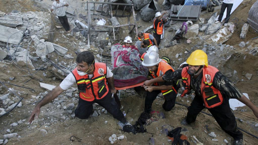(Soccorritori cercano corpi nella casa della famiglia Al Najar. Foto: IMAGE: EYAD BABA/ASSOCIATED PRESS)
