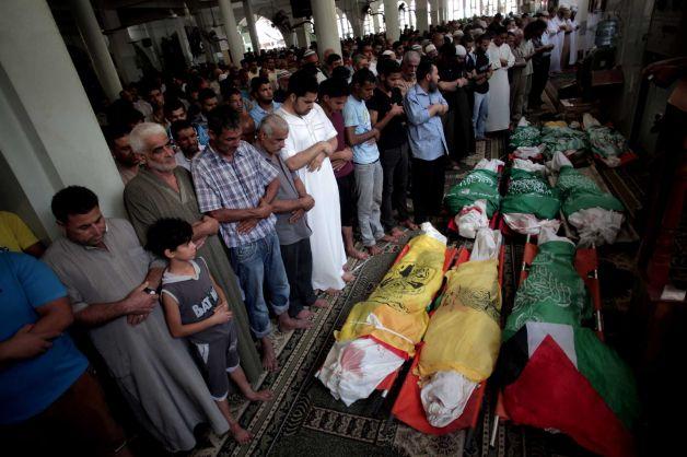 I funerali di nove palestinesi uccisi a Khan Younis  (Foto: Khalil Hamra/AP)