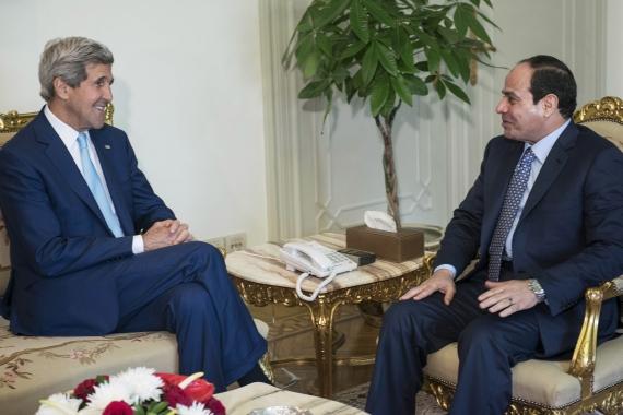Il segretario di Stato Usa Kerry con il presidente egiziano Al-Sisi (Foto: Reuters)