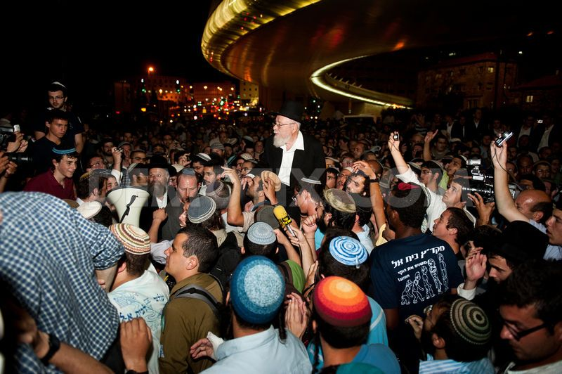 Lior trasportato in spalla dai suoi sostenitori all'uscita del carcere nel 2011 (Fonte Jerusalem Post)