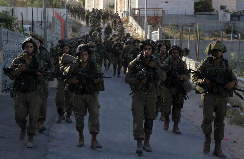 Soldati israeliani in un villaggio palestinese (Fonte Infopal)
