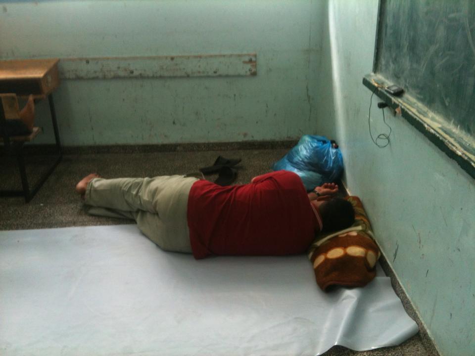 Gazawi cercano protezione in una scuola UNRWA (Foto: Michele Giorgio)