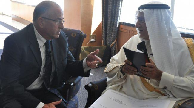L'ex ambasciatore saudita Turki bin Faisal al Saud insieme al consigliere strategico israeliano Yossi Alpher