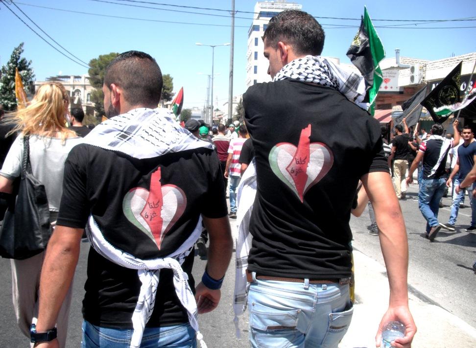 """""""Siamo tutti Gaza"""", lo slogan nella maglietta (Foto: Chiara Cruciati/Nena News)"""