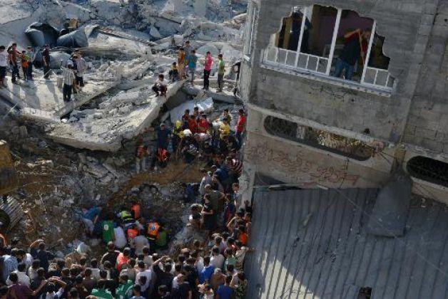 Operazioni di soccorso in una casa di al Nuseirat (Foto: AP)