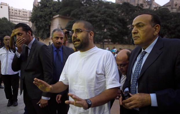 Il blogger Alaa Abdel Fattah davanti al tribunale del Cairo lo scorso agosto (Foto: Lapresse)