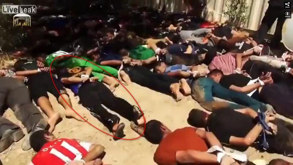 La foto postata online dall'Isis prima del massacro di Tikrit: Ali, l'unico sopravvissuto, è indicato dal cerchio rosso