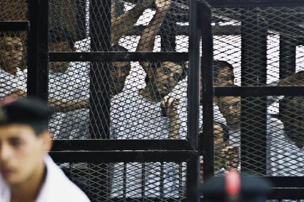 Il giornalista di Al-Jazeera Abdullah El-Shamy,dietro le sbatte (Foto: Hamada Elrasam / Associated Press)