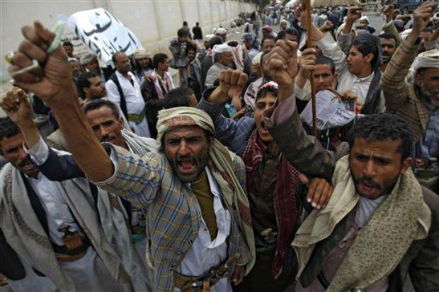 Ribelli Houthi bloccano la strada per il ministero dell'Interno a Sana'a, 23 agosto (Foto: AP)