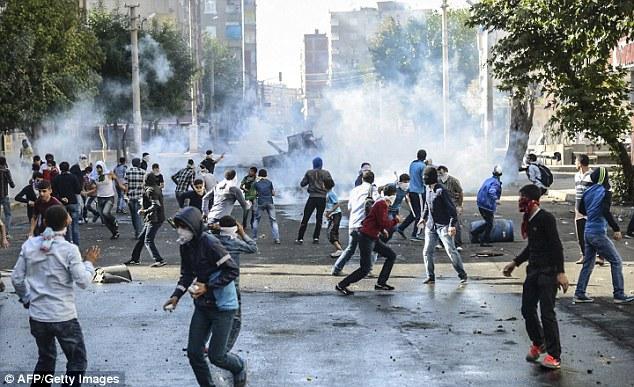Gli scontri tra manifestanti curdi e polizia turca (Foto: AFP/GettyImages)