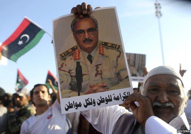 Un sostenitore dell'ex generale Haftar (Foto: Reuters)