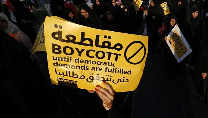 La protesta degli sciiti che invitano a boicottare il voto di oggi (Foto: Reuters)