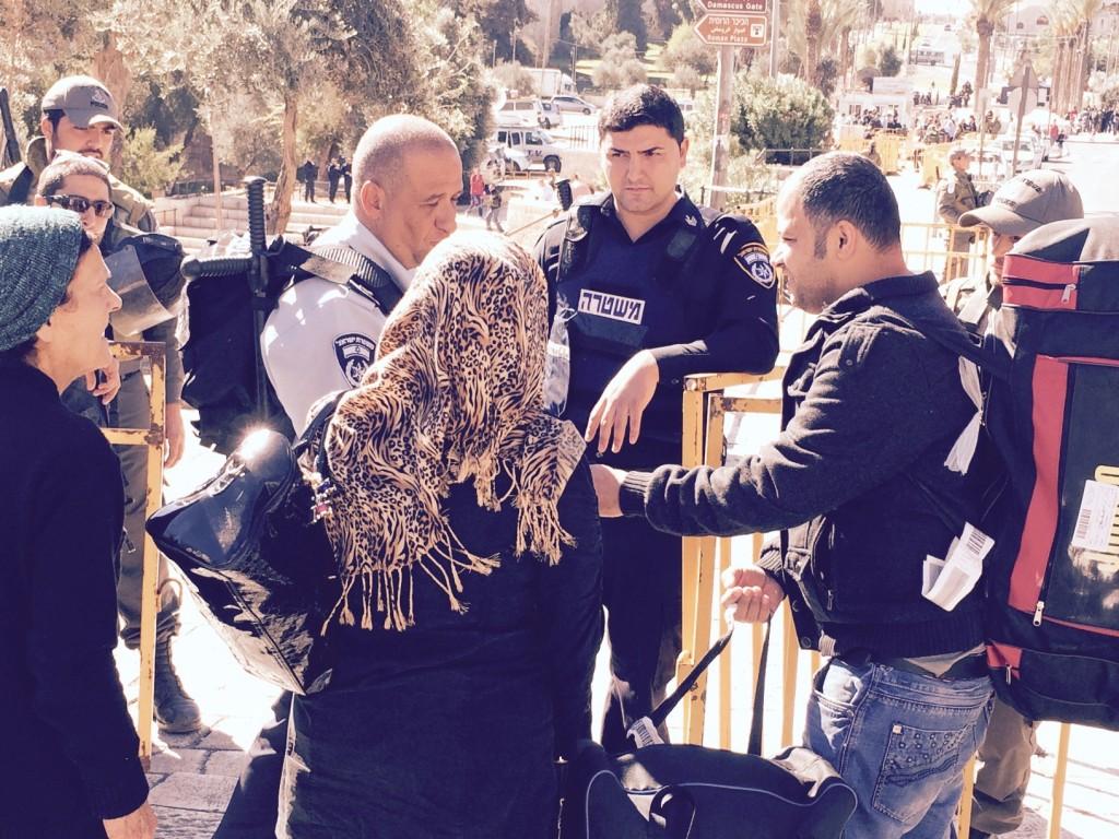 La polizia israeliana controlla gli accessi alla Città Vecchia di . Gerusalemme (Foto: Michele Giorgio/Nena News)