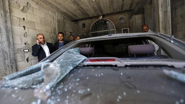 Il leader di Fatah, Fayez Abu Aita, di fronte alla sua auto colpita da un'esplosione  (Foto: AFP/GETTY IMAGES)