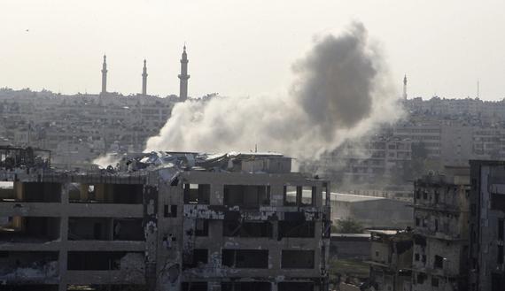 La zona di al-Khalidiya, quartier generale dell'esercito siriano ad Aleppo, bombardata dai ribelli il 10 novembre 2014 (Foto: REUTERS/Abdelrahman Ismail)