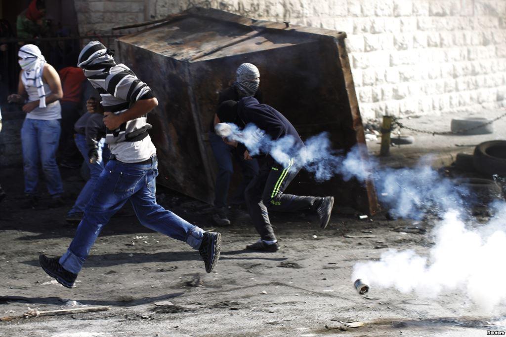 Scontri nel campo profughi di Shuafat a Gerusalemme (Foto: Reuters)