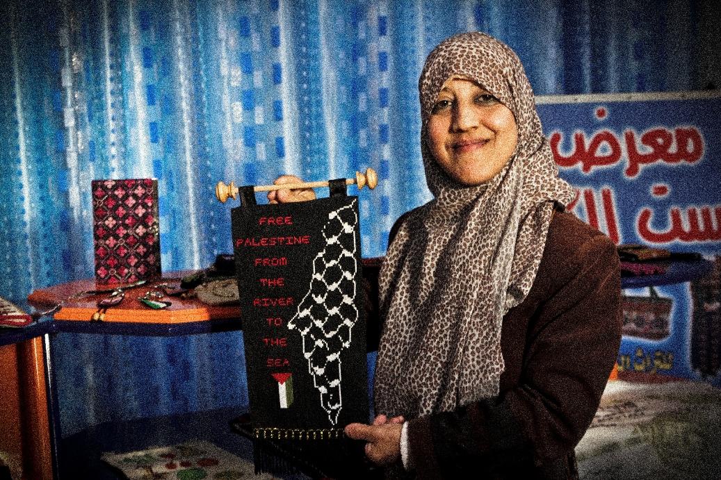 Sawsan al-Khalili, disabile che ha avviato un progetto di ricamo tradizionale a Gaza City (Foto: Luca Ricciardi)