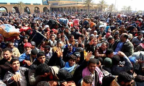 Libici in fuga verso la Tunisia (Foto:Zohra Bensemra/Reuters)