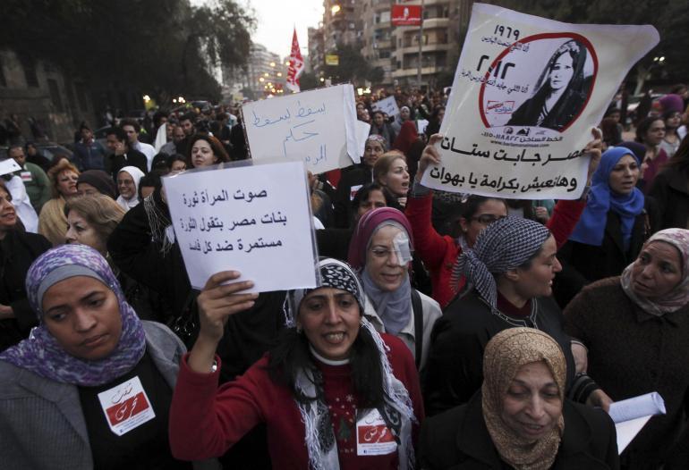 Manifestazione di protesta contro le violenze sessuali sulle donne egiziane nel 2013 (Foto: REUTERS/Amr Abdallah Dalsh)