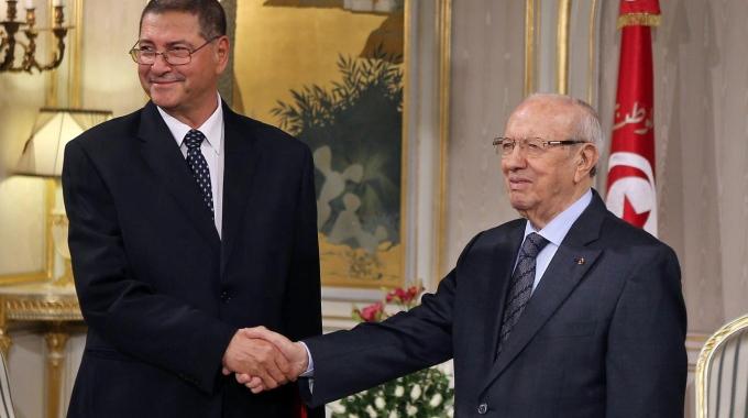 A sinistra, il primo ministro nominato Habib Essid, con il presidente Beji Caid Essebsi (fonte Ansa)