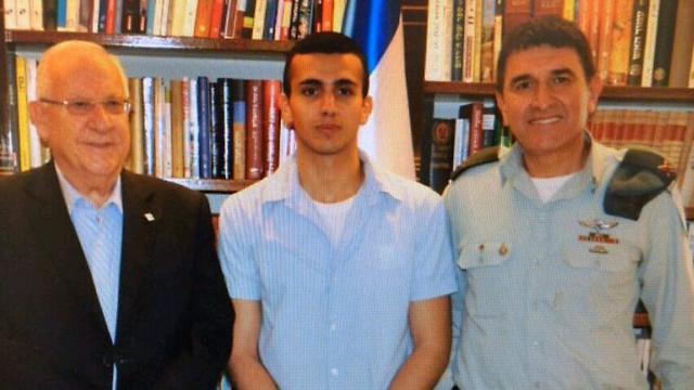 Tommy Hassom (al centro) con il presidente Reuven Rivlin (a sinistra)