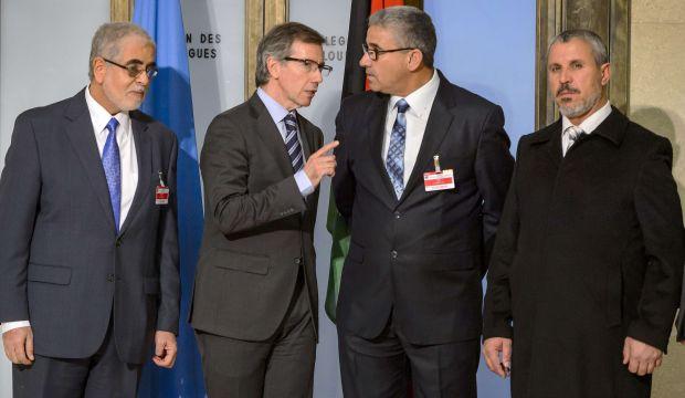 Bernardino Leon, inviato speciale Onu per la Libia, insieme a delegati libici a Ginevra (Foto: AFP Photo/Fabrice Coffrini)