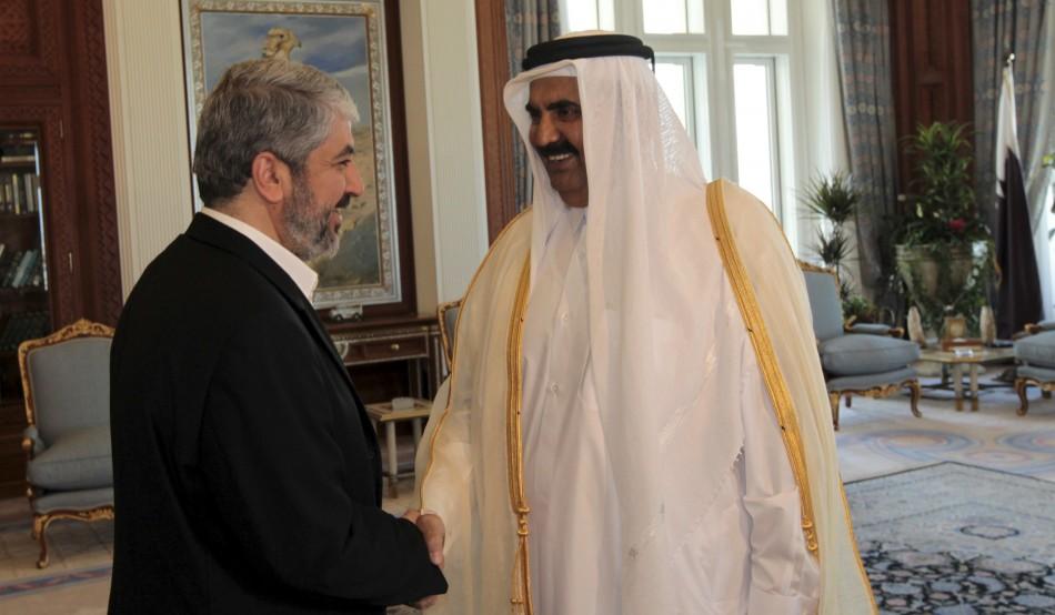 A sinistra il leader politico di Hamas, Khaked Mashaal con l'ex emiro del Qatar Hamad bin Khalifa al Thani che ha abdicato a favore del figlio Tamim