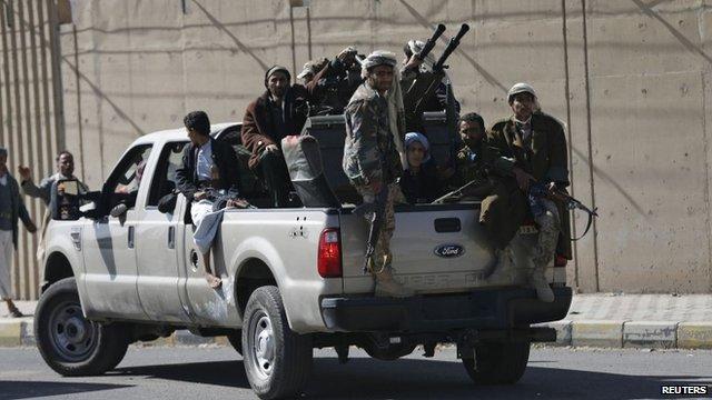 Ribelli Houthi fuori dal palazzo presidenziale nella capitale Sana'a (Foto: Reuters)