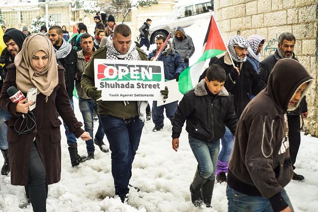 Una manifestazione per la riapertura di Shuhada Street prima del Covid