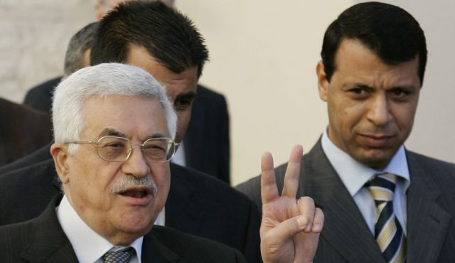 Il presidente dell'Anp Abbas insieme all'ex capo della sicurezza a Gaza Dahlan (Foto: Ap)